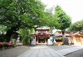 新幹線も羽田空港も便利な大崎駅徒歩3分。豊かな緑に囲まれた社殿。