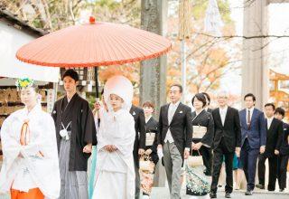 横浜の街にありながらここは別世界の鎮守の森。秋には紅葉を背に記念撮影も。