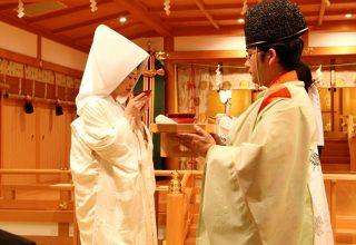 御神酒を三つの盃で互いに汲み交わして夫婦の契りを結ぶ三献の儀(三三九度)。