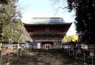 国の重要文化財に指定されている隨身門は、唐様、和様の手法をとりいれ複雑な斗組が特徴。