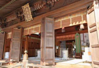 社殿のなかでも重要な建造物の本殿。扉には天女、龍、唐獅子などが浮き彫りされている。