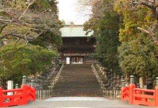 木立のなかにどっしりと鎮座する神社。門へ続く石段は仙台市有形文化財に登録されている。