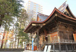 観桜地として有名な榴ヶ岡に鎮座する神社。境内には保存樹木に指定されている木々も。