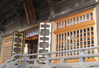 境内の各所には、菅原道真とゆかりの深い梅の神紋があしらわれている。