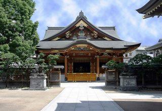 湯島駅より徒歩2分。湯島天満宮は関東三大天神のひとつ。梅の名所としても知られる。