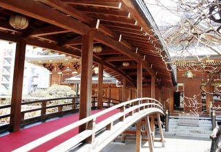 総檜造りの新社殿。本殿と拝殿が幣殿で結ばれている「権現造り」。純木造の美しい社殿。