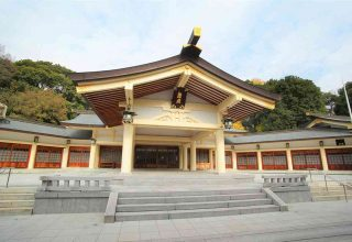 白を基調とした特徴的な構えの本殿。