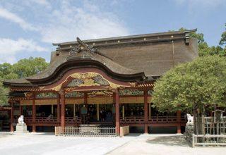築400年以上の本殿。檜皮葦の屋根を備えた風格ある建物。桃山時代の様式が見られる。