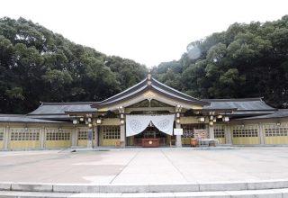 護国の杜に囲まれた、威厳のある社殿。静寂に包まれた神社で心穏やかに和の結婚式を。