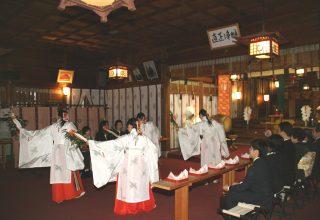 巫女による祝福の舞は、ふたりと参列者の心に深く残る場面。神前結婚式ならではのひと時。