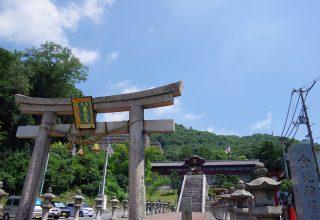 風格ある石鳥居は備後三次藩初代藩主浅野長治によって寄贈されたもの。