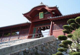 広島市指定重要有形文化財の唐門。保存修理工事によって創建当初の華麗な姿に復元された。