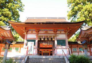 1800年以上の歴史を持つ格式高い神社。祭神である神功皇后は安産の神としても信仰が深い。