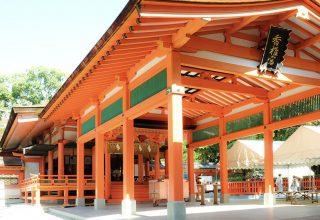 壮麗な透壁に囲まれた日本唯一の香椎造りの本殿。佇まいから気品と格調の高さが漂う。