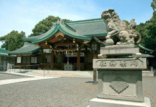 川名駅より徒歩7分。境内はクスノキやアラカシなどの古木が茂る、清々しい空間。