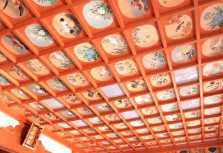 狩野派の絵師であり、総代をつとめた笙弘が2年2カ月かけて描いた220枚の天井絵は圧巻。