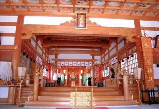 結婚式が執り行われる拝殿。美しい天井絵に見守られながら、格式高い神前結婚式が叶う。