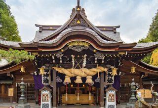 古くから福岡市の氏神・総鎮守として信仰を集める神社。境内は緑に囲まれている。