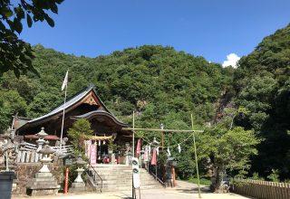 境内の中心を毛保川が流れる「大頭神社」。遊歩道の先には緑豊かな経小屋山がそびえる。
