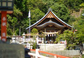 朱塗りの別鵜橋の先に佇む風格ある本殿。木造重層建築の神社は珍しい建築様式。
