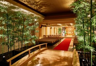 和の雰囲気と現代的なデザインが融合した神殿。背筋が伸びるような凛とした空気が漂う。