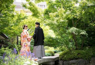 緑豊かな日本庭園で記念撮影を。敷地内を知り尽くしたカメラマンにお任せ。