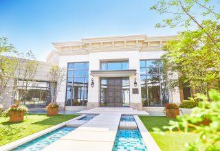 挙式の後は敷地内にある個性豊かな邸宅で会食を。人数やスタイルにあわせて選べる。