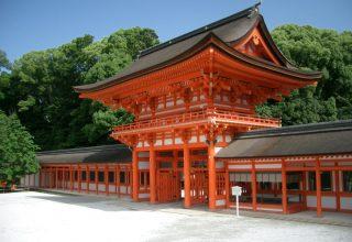 縁結びの神様として広く知られる、京都で最古の神社。世界遺産にも登録されている。
