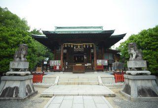 厄除開運、交通安全、必勝守護、家内安全、縁結びのご神徳があることで知られる神社。