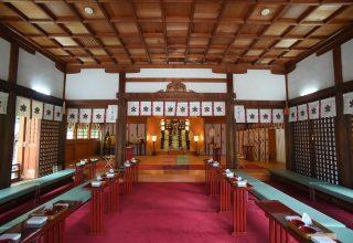 挙式は神様に最も近い拝殿で。八柱の神に見守られて古式に則った厳かな神前結婚式を。