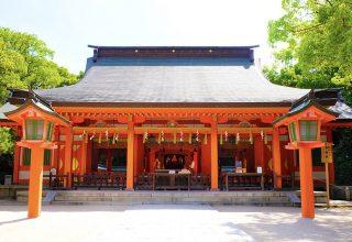 朱塗りが鮮やかな社殿は、国の重要文化財。改装・修理する遷宮が5年ごとに行われる。