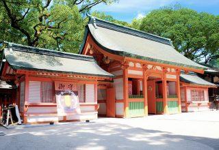 神社建築史上最古の様式の社殿。朱塗りの柱と真っ白な塗り壁のコントラストが美しい。