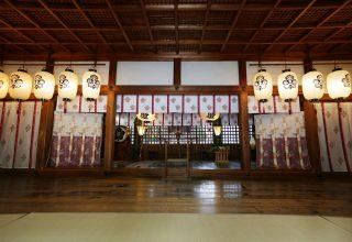 50名が着席できる本殿内。家族に見守られて古き良き伝統を受け継ぐ儀式が執り行われる。