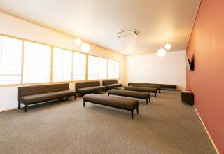 挙式専用の落ち着いた控え室は、完全バリアフリー。高齢の家族も安心して招待できる。