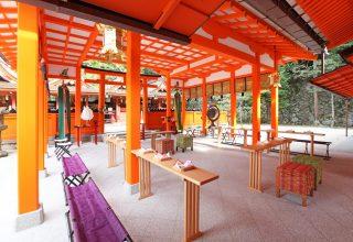 朱の色合いが美しく、神聖な雰囲気が漂う社殿は、花嫁の白無垢をひと際引き立たせる。